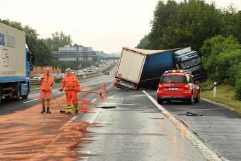 Při nehodě kamionu na dálnici D1 došlo k masivnímu úniku nafty