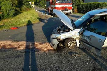 Dvě osobní auta v sobě, dvě zraněné osoby a práce pro lékaře