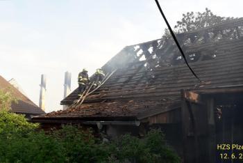 Požár dvou stodol v Dobroticích. Jednu oheň zcela zničil