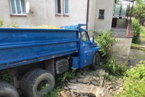 Plně naložená Tatra s pískem. Narazila do domu, nikoho nezranila