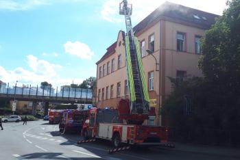 V Liberci hořel bytový dům na náměstí. Hasiči zachránili 21 osob
