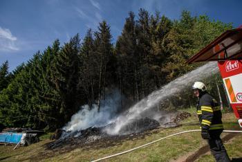 Hřálo dříve než mělo. Požár uskladněného dřeva v Kounově