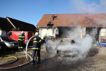Majitel stihnul své hořící auto vytlačit ze stodoly, stejně mu zcela shořelo