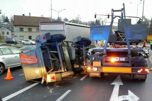Převrácená elektrocentrála blokovala provoz na křižovatce v Litomyšli