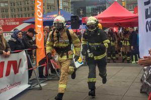 Výtahem asi moc nejezdí.  Neuvěřitelný výkon dvou českých hasičů v Berlíně