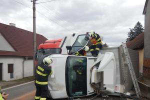 Šestihodinový zásah táborských hasičů u nehody v Chýnově