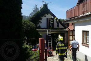 Muž v garáži pekl kuře, požár pak v Seči málem upekl jeho i s garáží