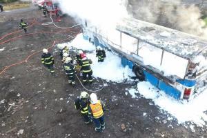 Hasiči z Berounska procvičovali likvidaci požáru autobusu (VIDEO)