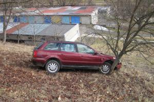 Vozidlo se samovolně rozjelo. Jeho jízdu ze svahu ukončil strom