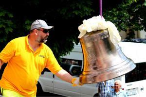 Hasičský zvon Florián vyzdvihne do věže kostela hasičský jeřáb
