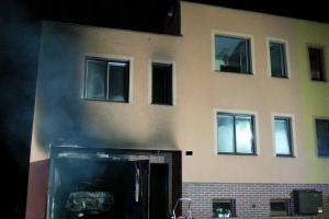 Nenasytné plameny zničily garáž rodinného domu i zaparkované vozidlo