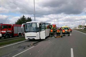 Náklaďák v Brně narazil do autobusu. Jedna osoba z cestujících zemřela