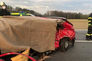 Srážka dvou osobáků u Holkova. Řidička na místě zemřela