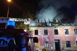V Lokti shořela střecha opuštěného domu. Hasiči makali až do rána