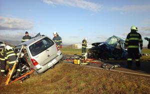 Hasiči i se svědky zasahovali u vážné nehody na Bruntálsku