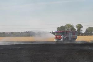 V Praze hořelo obilné pole, na uhašení makali profíci i dobráci