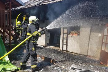 Devět jednotek zaměstnal požár dvou rozlehlých přístavků v Hrdibořicích