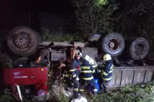 Řidič Tatru převrátil, nic se  mu nestalo, zato práce pak bylo hodně