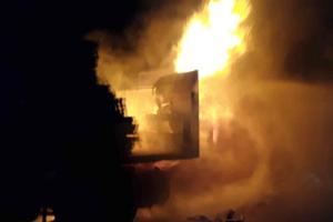 Nehoda na D46 u Prostějova. Kolize dvou kamionů a dodávky skončila v plamenech