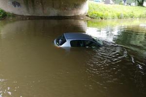 Auto parkovalo dvakrát. Nejdřív na suchu a pak si zaplavalo v řece