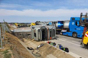 Havárie cisterny s kyselinou fosforečnou zablokovala dálnici D1 u Lokte