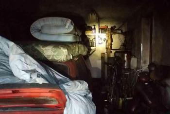 Hasičům komplikoval zásah obrovský nepořádek v domě