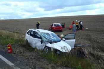 Silnice při kolizi u Kožlan řidičům nestačila. Auta skončila v poli