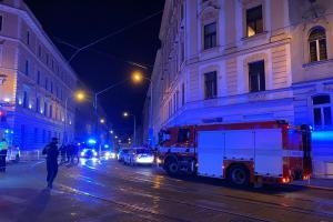 V Praze na Žižkově hořelo, hasiči zachránili 5 lidí a zastavili dopravu