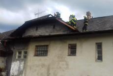 Blesk na Zlínsku zapálil střechu domu, majitelka utrpěla silný šok (VIDEO)