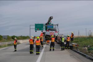 Nehoda náklaďáku. U proražené nádrže si řidič dopřával cigárko! (VIDEO)