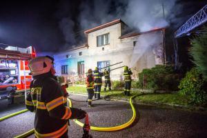 Požár v podkroví rodinného domu likvidovaly čtyři jednotky hasičů