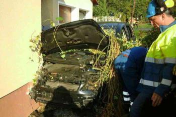 V Loučkách řidič ukončil svůj život nejen nárazem do zaparkovaného auta