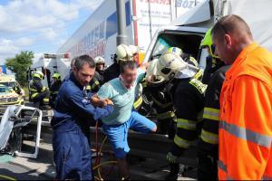 Kolaps a nervozita. Nehoda pěti kamionů v Praze zablokovala dopravu