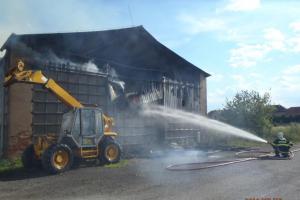 V Nezvěsticích na Plzeňsku hořel seník. Hasiči ho nechali vyhořet
