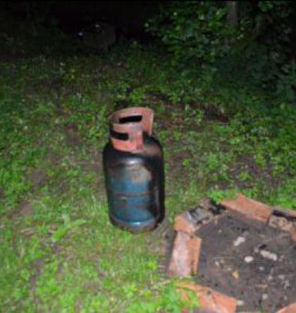 Hořící propan-butanovou láhev majitel vyhodil na ulici, uhasili ji hasiči