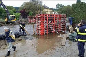 Na Olomoucku vydatně prší, hasiči staví protipovodňové hráze