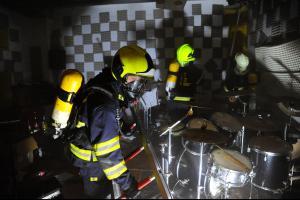 Že by kapela nacvičovala žhavou novinku? V hudební zkušebně pak hořelo