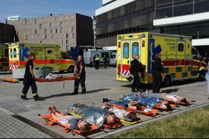 Až udeří teroristé. Pražští hasiči cvičili i s komparsisty, nechyběla ani mobilní márnice