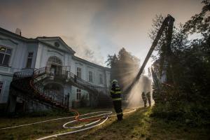 Zásah při požáru zámku v Horním Maršově komplikovalo nesnesitelné vedro