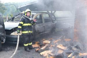 Blesk v Milíkově uhodil do stodoly, zapálil v ní osobní auta i techniku