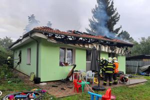 Požár zcela zničil nový rodinný dům v Měšicích. Škoda za miliony
