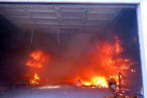 Požár haly likvidovalo šest jednotek hasičů. Zasahovali i dobráci