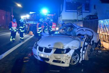 Osobák v Bečově nad Teplou narazil do zdi. Původní podoba auta nic moc
