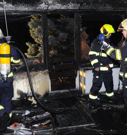 V pražských Vysočanech požár zničil interiér bytu, zabil i psa
