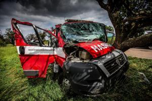 Dobrovolné hasičky kondiční jízdu nezvládly. Nabouraly do stromu