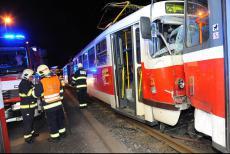 Po srážce dvou tramvají v Praze museli hasiči vyprostit řidiče
