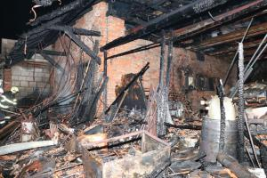 Nabíjeli autobaterii v domě v obci Chrastavec. Požár ho pak celý zničil