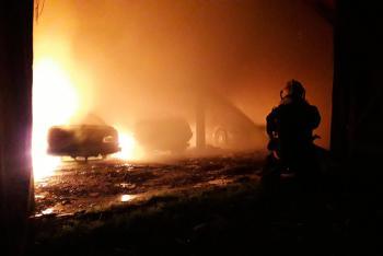 Požár zcela spálil stodolu v Chyňavě. Ničil i zaparkovaná auta
