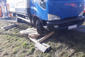 Těžká hasičská technika pomáhala s vyproštěním nákladních automobilů