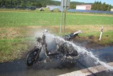 Skútr začal překvapenému majiteli hořet za jízdy, plameny mu zničily boty